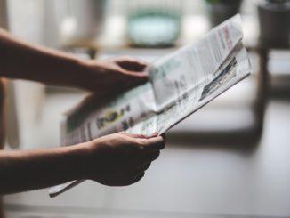 Jugendliche und Zeitung