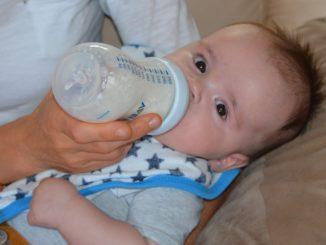Anfangsmilch - Muttermilch oder Flasche geben?