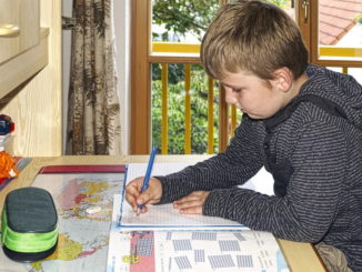 Einschulung: was ist der richtige Schreibtisch und Schreibtischstuhl für mein Kind?