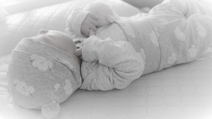 Worauf sollte man bei Babykleidung achten?