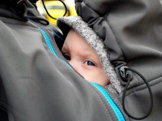 Unterwegs mit dem Baby - wie praktisch sind Tragejacken?
