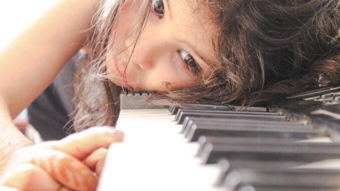 5 Gründe, warum dein Kind von zu Hause aus Klavier spielen lernen...