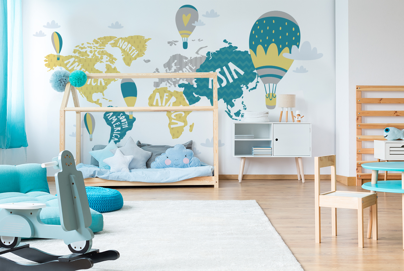 Niedliche Fototapete mit der blauen Weltkarte im Kinderzimmer
