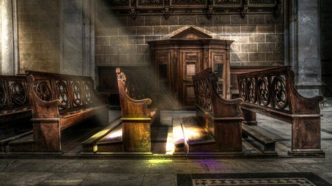 Kirchengestühl: Alte Kirchenstühle oder Bänke als echter Hingucker in der Wohnung!